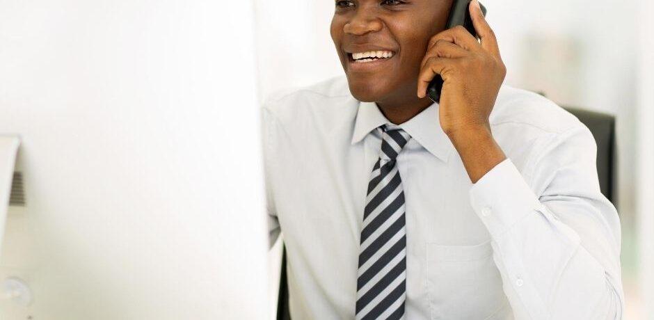 moški telefonira